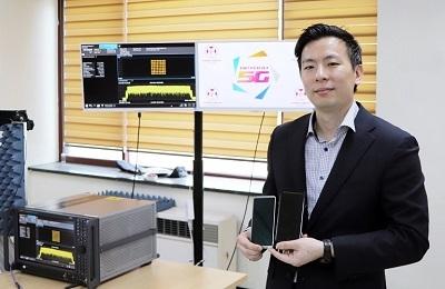 """전자 홍원빈 교수팀, """"5G 미래형 스마트폰""""…세계 첫 '안테나 디스플레이'로 한 발 더 앞서나간다"""